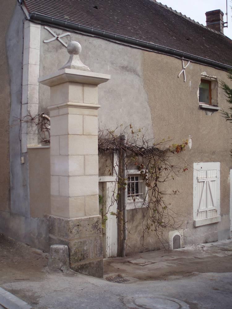 Pilier portail pierre de Garchy-Samson laurent tailleur de pierre Bourges et environ.